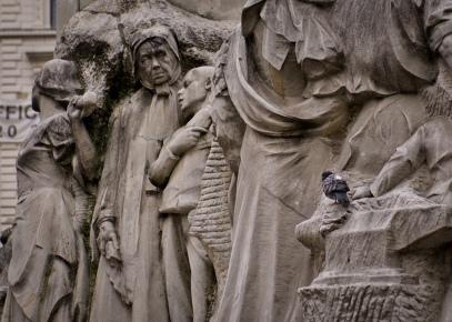 So many statues